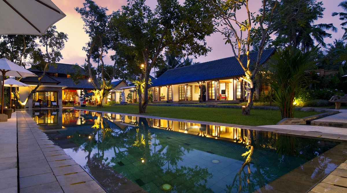 Villa San - Pool and villa at dusk