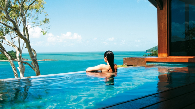 qualia_Hamilton-Island_Woman-in-plunge-pool